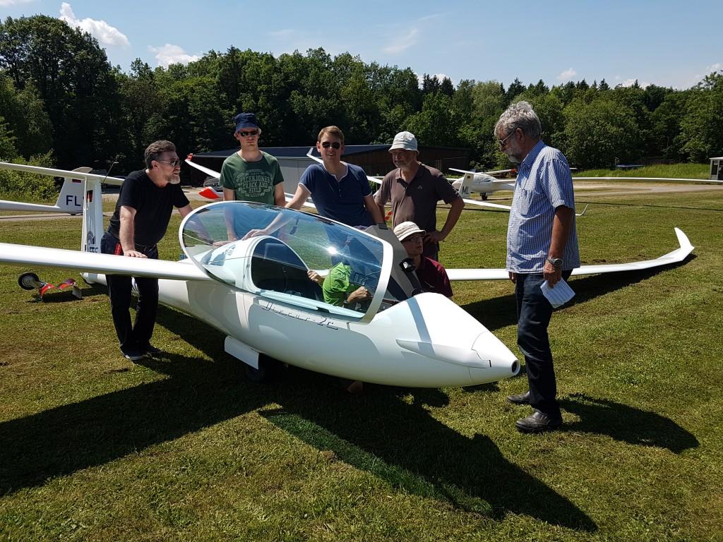 Dicht umringt von Donauwörther Segelflug-Piloten war das Probeflugzeug mit Elektroantrieb und Klapp-Propeller in der Flugzeugnase. Foto: Zembold