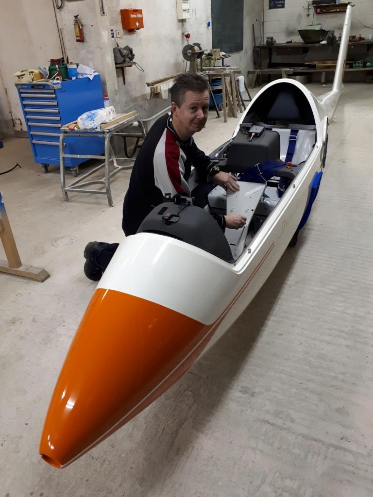 In Einzelteile zerlegt stehen die Segelflugzeuge in der Werkstatt am Stillberghof. Gregor Mayr schraubt eine Innenverkleidung im Cockpit ab. Foto: Michael Weiß