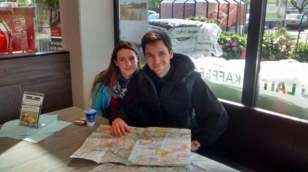Flugvorbereitung beim Bäcker: Julia und Christoph Nacke bereiteten ihre Flugstrecke anhand der Fliegerkarte beim Wandersegelflug auch mal beim Bäcker vor. Foto: Nacke
