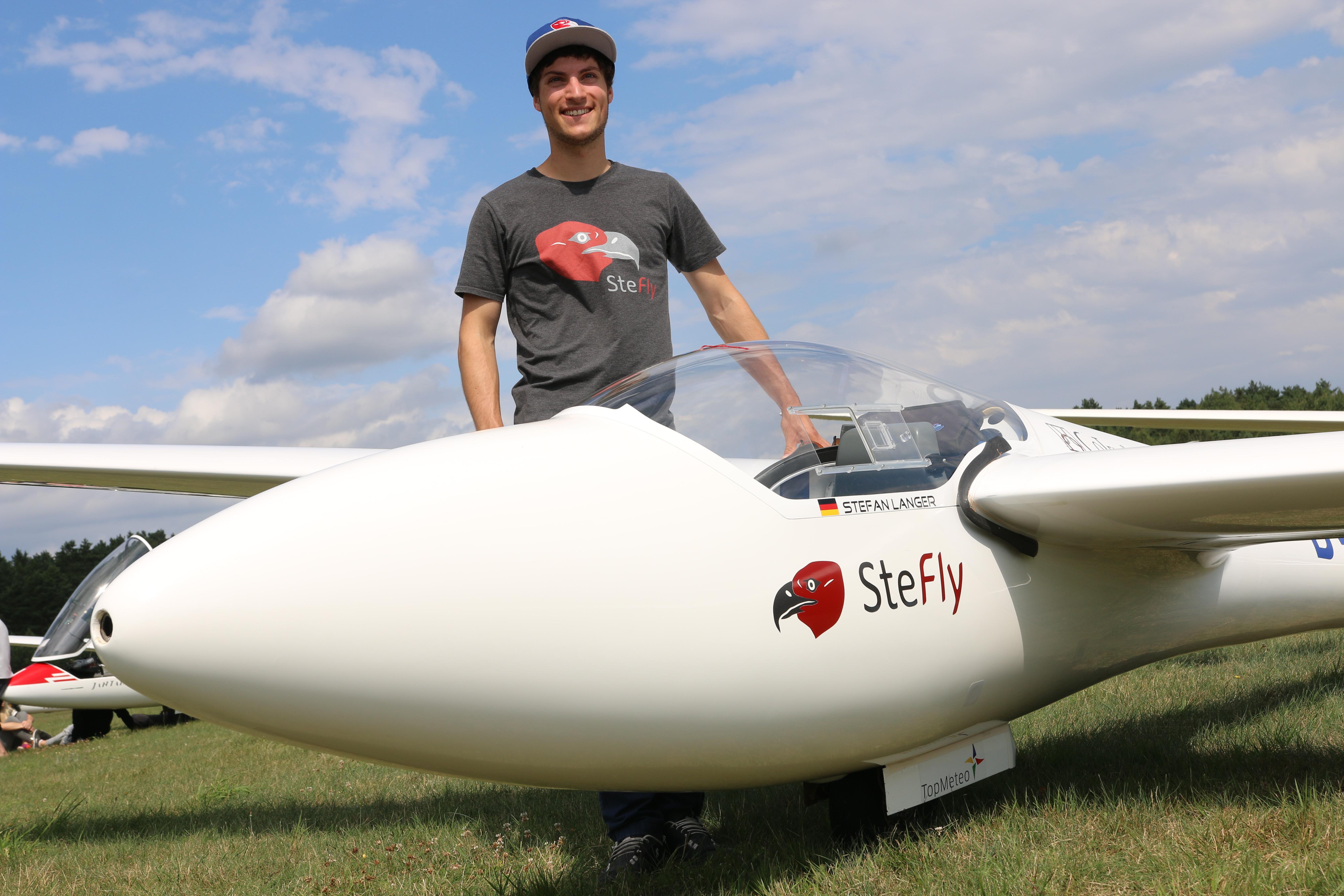 Stefan Langer grinst zurecht: Der 24-Jährige landete auf Platz drei bei der Junioren-Weltmeisterschaft der Segelflieger. Foto: Langer