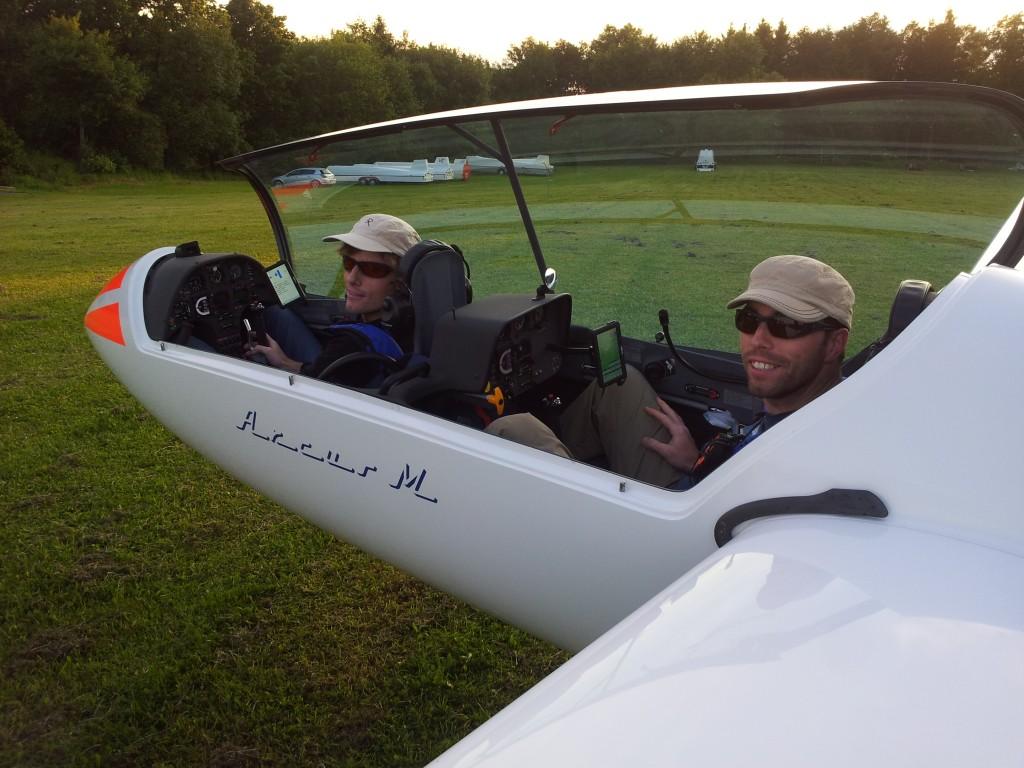 Michael (links) und Andreas Gesell legten als schnellste SFG-Piloten am Wochenende über 700 Kilometer ohne Motor zurück. Foto: Zembold