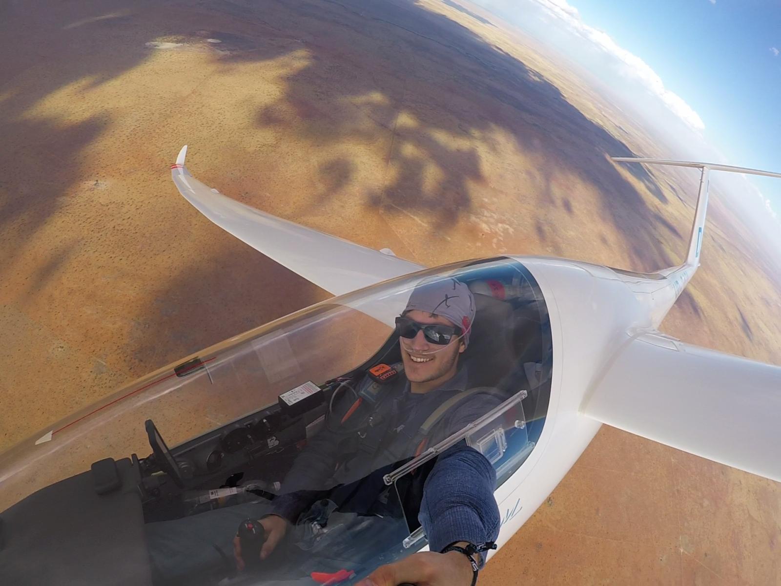 Segelflug-Junior Stefan Langer genießt die langen und weiten Segelflüge über der namibischen Wüste. Foto: Stefan Langer